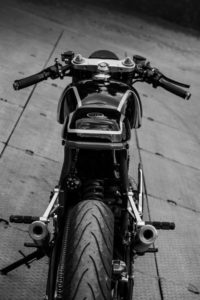 Dérivé de la course: Yamaha RD350 Cafe Racer par MotoExotica